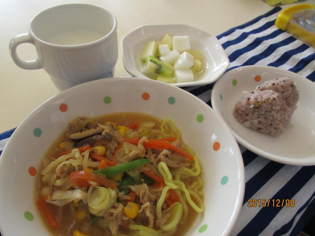 野菜たっぷりみそラーメン&五穀米おにぎり・フルーツ杏仁