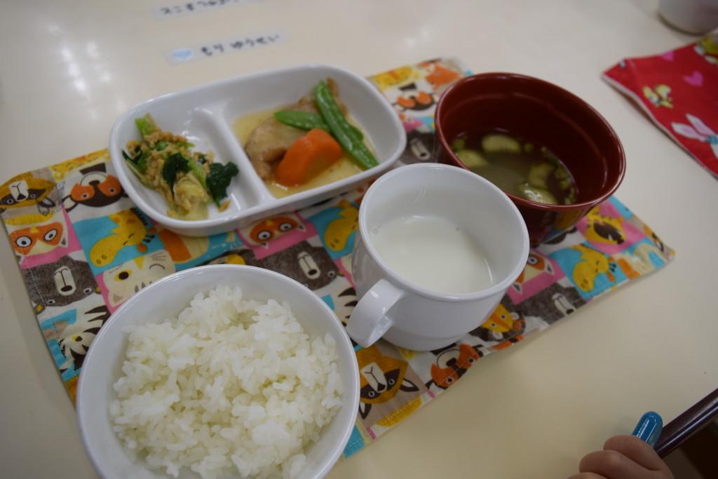 カレイの煮物・キャベツとニラの納豆和え・ナスの味噌汁